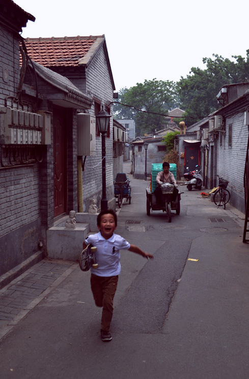 beijing-china-travel-blog-xihai-running-kid